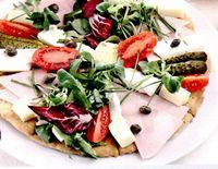 Pizza_cu_somon_afumat_si_mozzarella