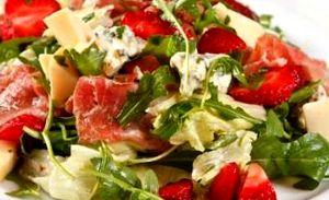 Salata_de_capsuni_cu_rucola_si_gorgonzola