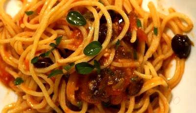 Spaghete cu măsline si roşii