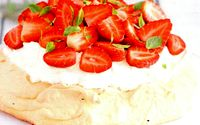 Tort_de_bezea_cu_frisca_si_fructe
