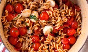 Salata_de_paste_cu_rosii_cherry_si_mozzarella