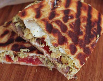 Sandwich cu piept de pui si pesto