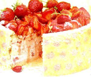 Tort_cu_capsuni_mascarpone_si_glazura_de_caise
