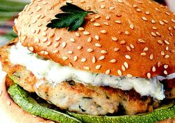 Burgeri_cu_pui_si_sos_tzatziki
