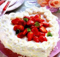 Tort_inimioara_cu_capsuni_si_frisca