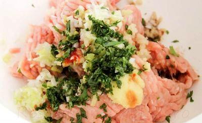 Burgeri_de_pui_cu_salata_si_sos