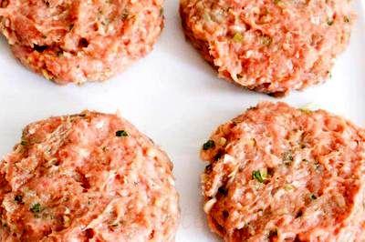 Burgeri_de_pui_cu_salata_si_sos_03