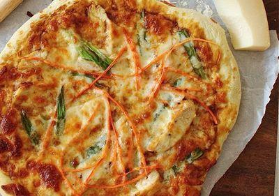 Pizza cu mozzarella la tigaie
