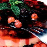 Tort_cu_fructe_rosii_de_padure