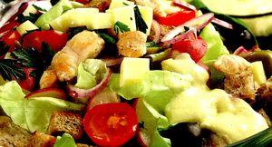 Salata_cu_piept_de_curcan_ceapa_verde_si_cascaval