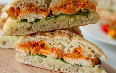 Sandwichuri cu piept de pui si sos pesto de ardei