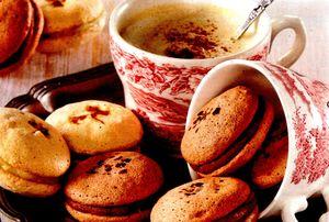 Macarons-cu_crema_de_ciocolata_neagra