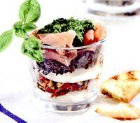 Salata_intr-un_pahar_cu_sunca_uscata_si_mozzarella