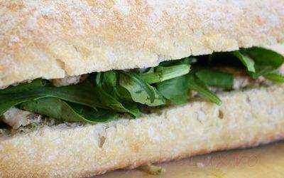 Sandwich cu piept de pui si prosciutto
