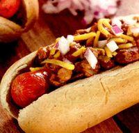 Hotdog cu ceapa caramelizata