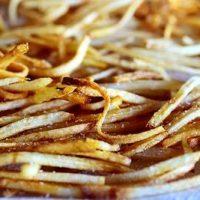 Cartofi prajiti cu salata de varza