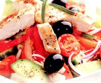 Salata_cu_pui_legume_si_masline