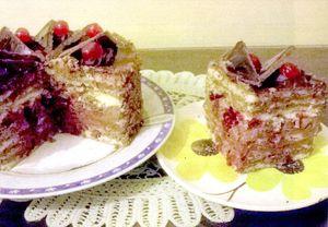 Tort_cu_ciocolata_cirese_si_stafide