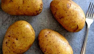 Cartofi cu branza si carnati la cuptor