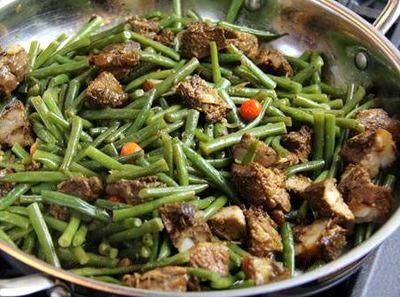 Mancare de fasole verde cu carne de pui