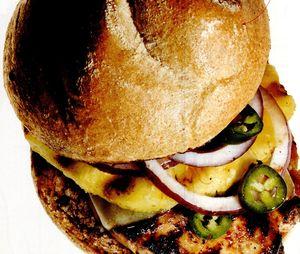 Sandwich_cu_pui_la_gratar_branza_si_ananas