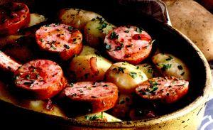 Cartofi noi cu carnati