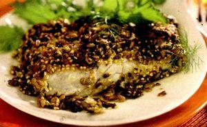 Crapul sărat (crapul la putină cu sare) era cu ceva timp în urmă cam singura formă de conservare în care peştele îi era accesibil ţăranului român. El prezenta avantajul unei conservări relativ ieftine şi în acelaşi timp sigure a peştelui, care-l făceau utilizabil şi după un timp mai lung (luni) chiar pe timpul verii. Deşi acum lucrurile stau cu totul altfel, posibilităţile actuale de conservare a peştelui fiind cu totul altele, crapul sărat a rămas încă în memoria multor persoane mai în vârstă ca o delicatesă. Pentru a fi pregătit, crapul sărat se pune la desărat cu cel puţin 4-6 ore înainte şi se schimbă apa de câteva ori în acest timp. în general, crapul sărat (şi ulterior desărat) se pregăteşte în două moduri: • Crap prăjit. într-o tigaie se pun la prăjit în ulei 1-2 cepe tăiate mărunt. Când ceapa s-a înmuiat se adaugă bucăţile de crap şi se prăjesc până ce se rumenesc pe ambele părţi. • Crap fript. Bucăţile de crap (desărat) se pun la grătar sau pe o tablă încinsă. Se frig pe ambele părţi şi se servesc cu mujdei de usturoi şi mămqligă caldă. Crapul sărat poate fi pregătit şi în alte moduri, ca şi crapul, proaspăt, însă gustul nu va mai fi cel cunoscut.
