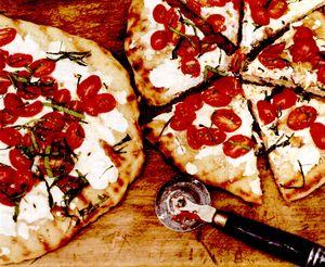 Pizza cu rosii, oregano si mozzarella