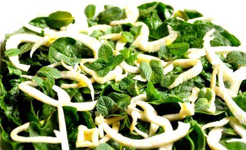 Salata cu rosii, ceapa verde si menta