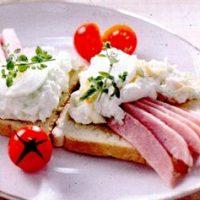 Bruschete_cu_sunca_si_pasta_de_branza_si_castraveti