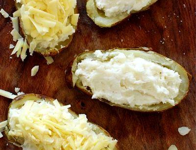 Cartofi copti cu topping de sos pesto si mazare