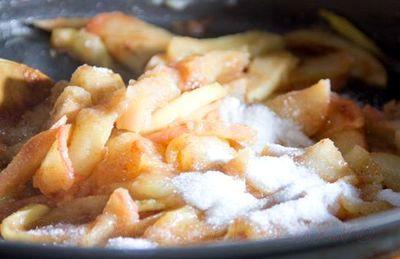 Clatite cu topping de mere