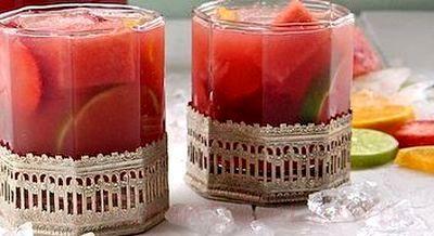 Cocktail cu vin rose, suc de pepene si capsuni