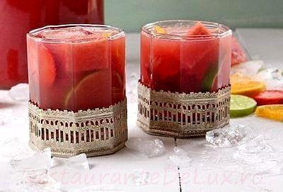 Cocktail_cu_vin_rose_suc_de_pepene_si_capsuni_09