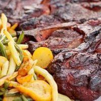 Friptura de porc la gratar cu sote de legume