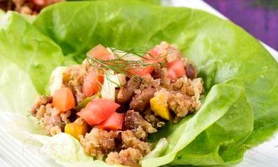 Frunze de salata umplute cu quinoa, rosii si ardei gras