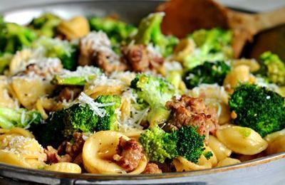 Paste cu carnati si broccoli