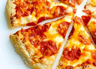 Pizza cu branza si salam picant