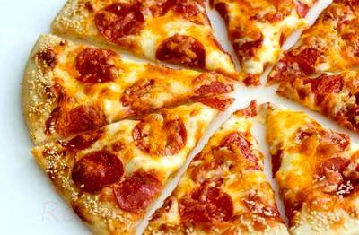 Pizza_cu_branza_si_salam_picant_08