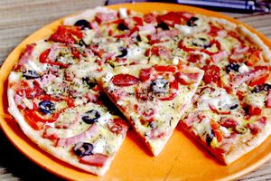 Pizza_cu_carnaciori_sunca_kaizer_si_ciuperci