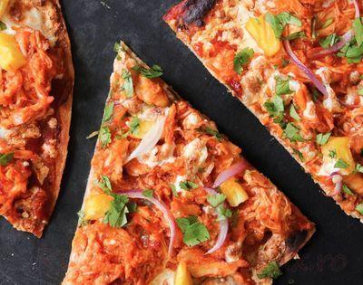 Pizza cu pui, mozzarella si ardei iute