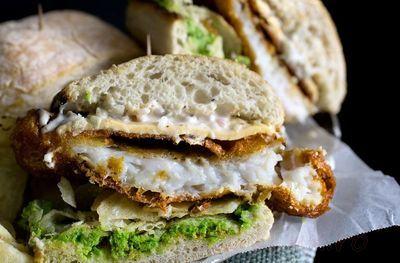 Sandwich cu peste in aluat si piure de mazare