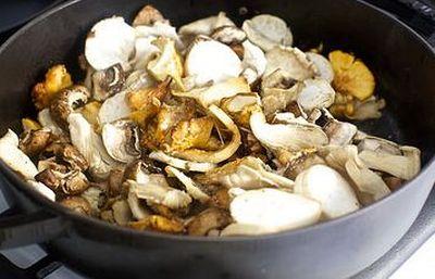 Sote de ciuperci cu branza si crutoane