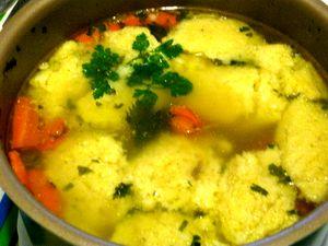 Supă cu găluşte si cuburi de soia