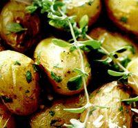 Cartofi cu patrunjel verde si ardei la cuptor