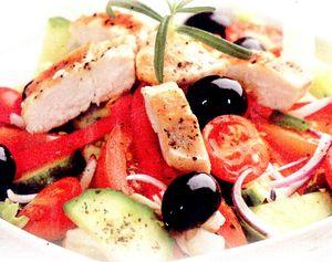 Salata_cu_pui_rosii_cherry_si_masline