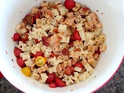 Salata de paste cu rosii cherry si bacon