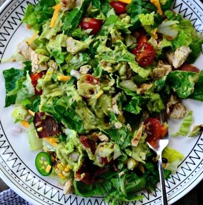 Salata de pui cu sos de avocado