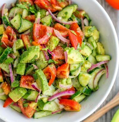 Salata de rosii cu castraveti si avocado
