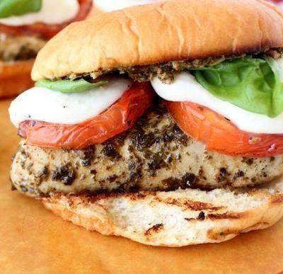 Sandwich-uri_cu_pui_si_rosii_la_gratar_04